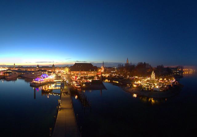 Konstanz_Weihnachtsmarkt_Abendstimmung-Bodensee-Panorama-Weitwinkel-01_Copyright_MTK_Achim-Mende