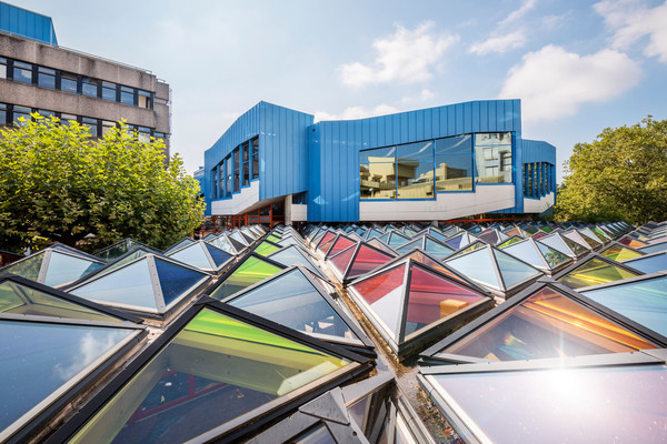 Konstanz-Universitaet-Architektur-Glasdach-Pyramiden-Otto-Piene-01_Spaetsommer_Copyright_MTK-Dagmar-Schwelle