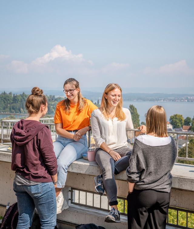 Konstanz-Universitaet-Dachterrasse-Studenten-Untersee-02_Spaetsommer_Copyright_MTK-Dagmar-Schwelle